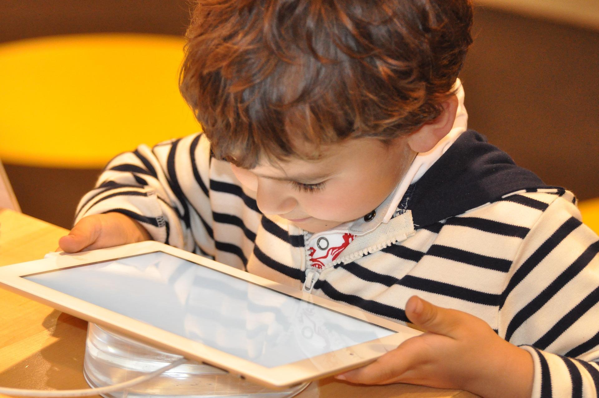 dziecko ogląda bajki po angielsku
