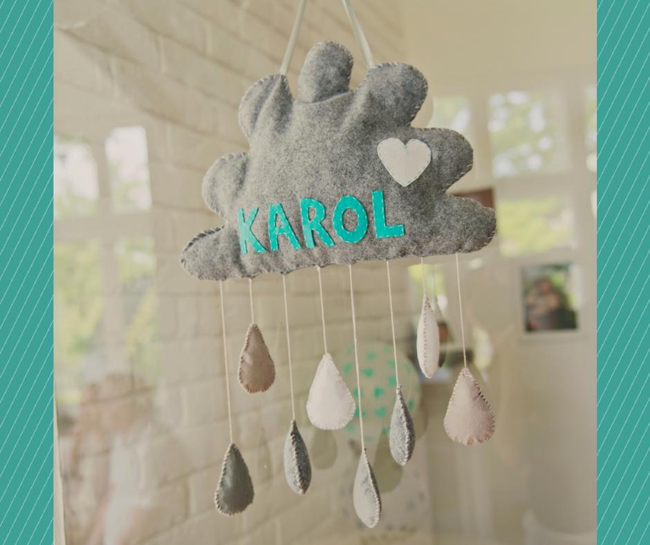Chmurka z filcu z imieniem dziecka i kropelkami deszczu